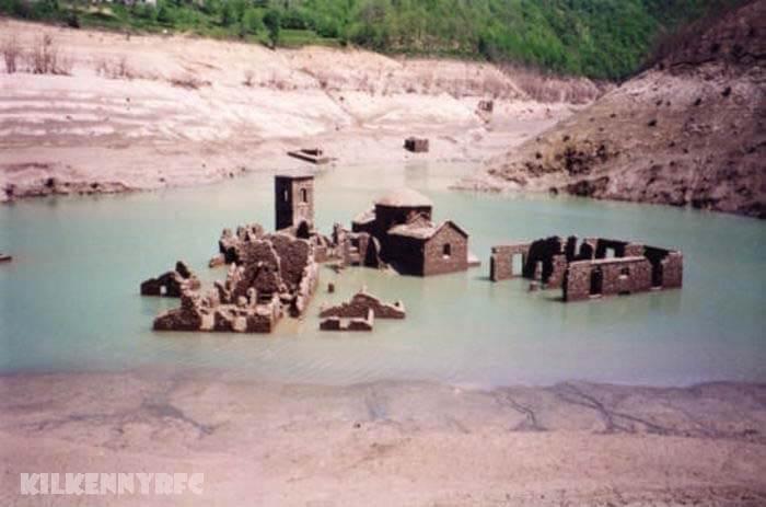 หมู่บ้านที่หายไป โผล่ออกมาจากทะเลสาบอิตาลี งานซ่อมแซมที่อ่างเก็บน้ำในอิตาลีเผยให้เห็นซากของหมู่บ้านที่จมอยู่ใต้น้ำมานานหลายทศวรรษทะเลสาบ